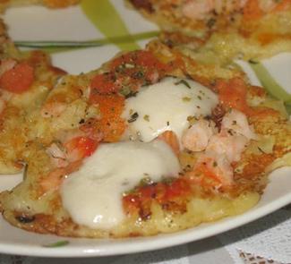 Картофельные оладьи с креветками и моцареллой