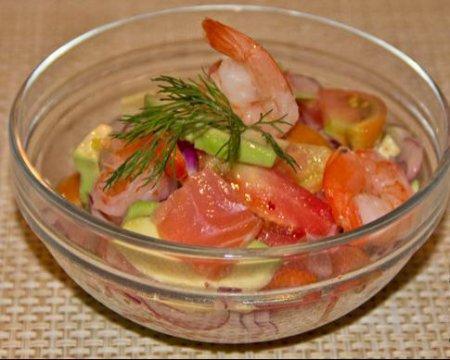 Салат с лососем, авокадо и креветками