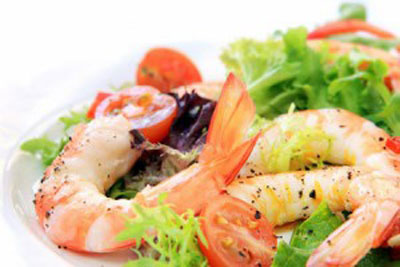 Салат с креветками и соусом