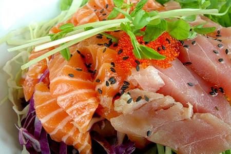 Салат из лосося, тунца и икры