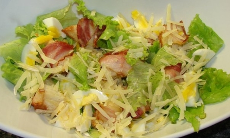 Тёплый салат с беконом и яйцом